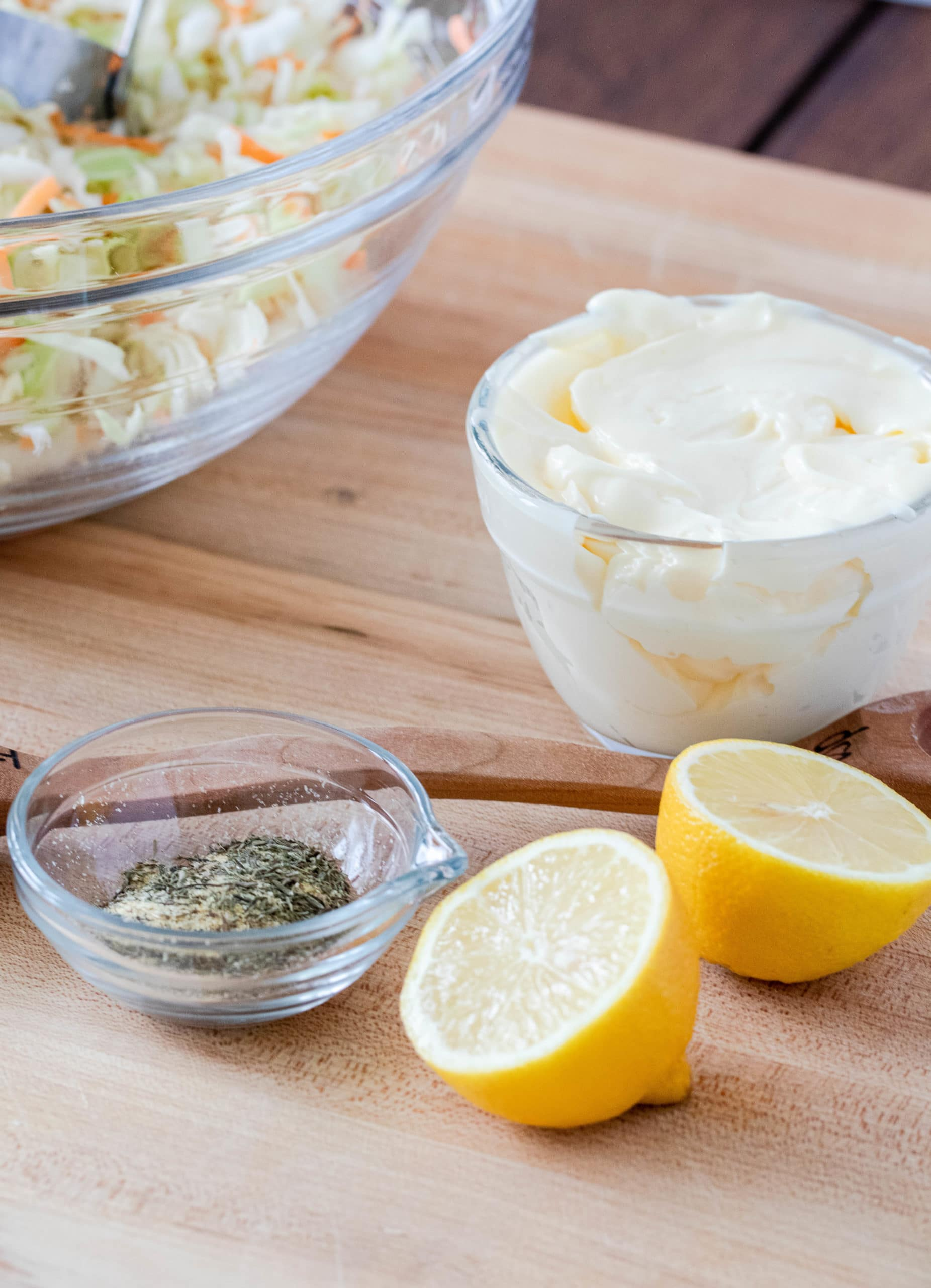 Basic and creamy keto coleslaw recipe with fresh and natural ingredients.